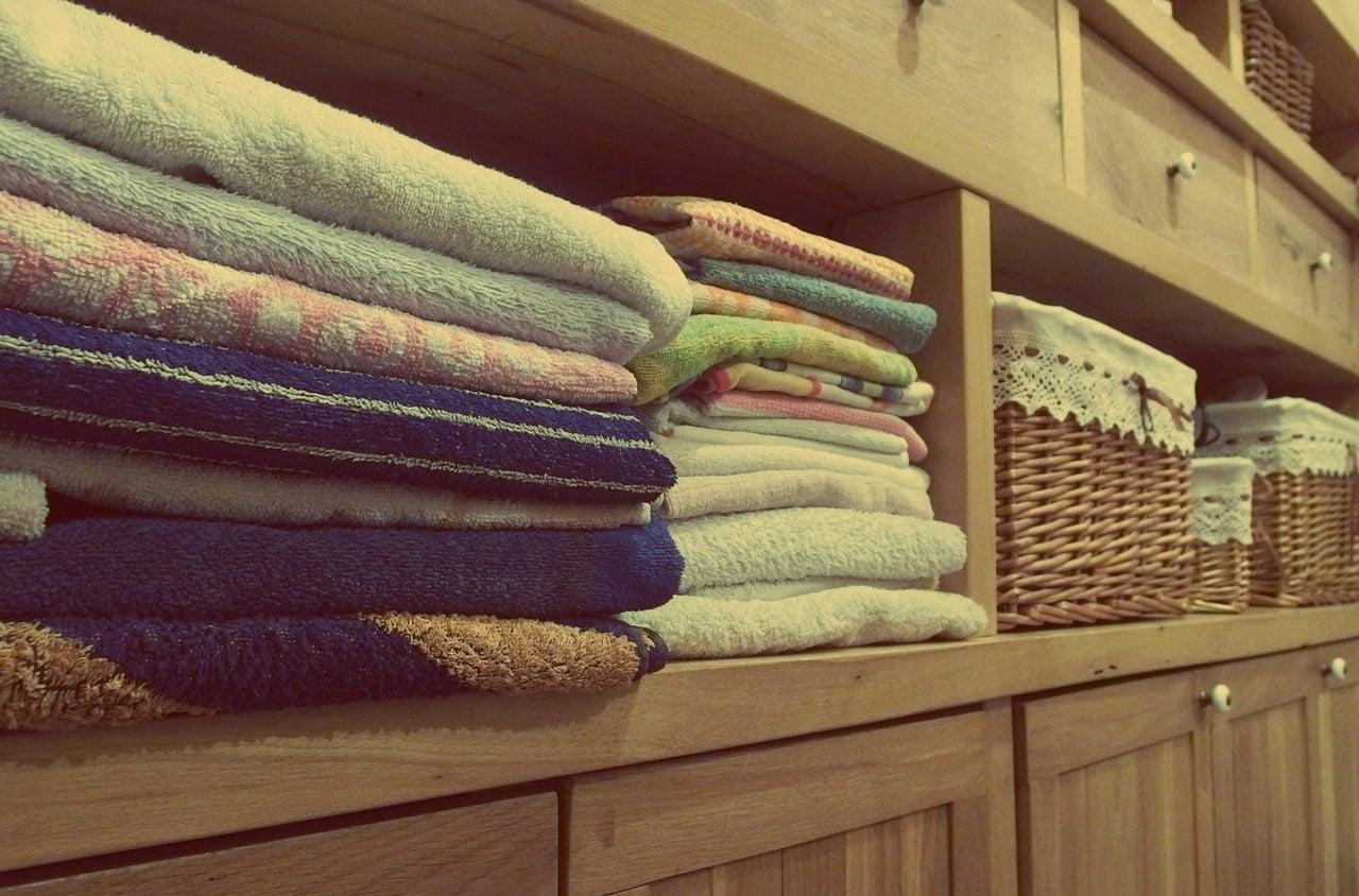 Jak układać ubrania w szafie?