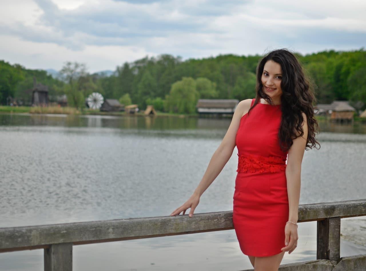 Jakie buty i dodatki do czerwonej sukienki?