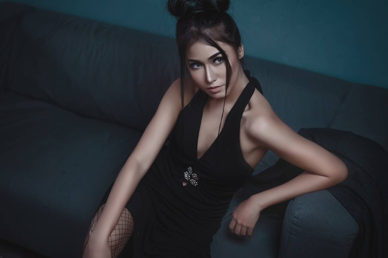 Jakie dodatki do czarnej sukienki?