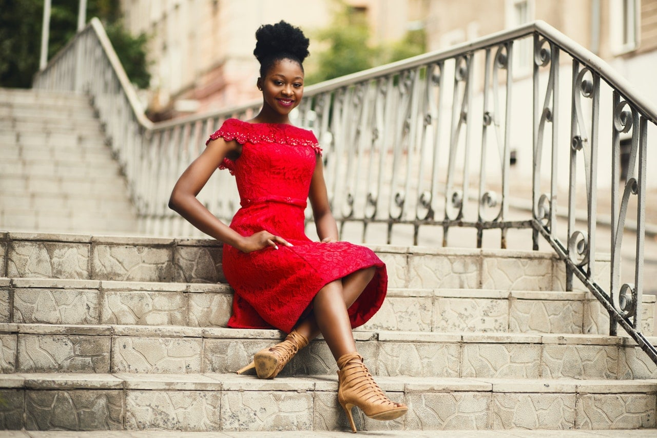 Jaki kolor butów do czerwonej sukienki?